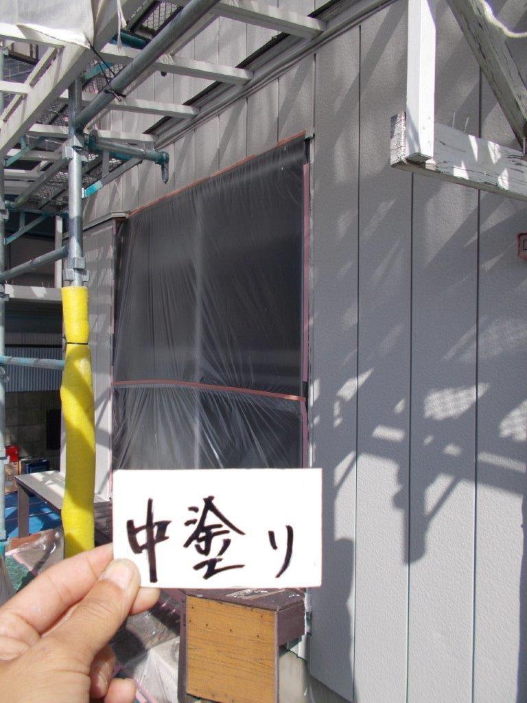 トタン外壁の中塗り塗装